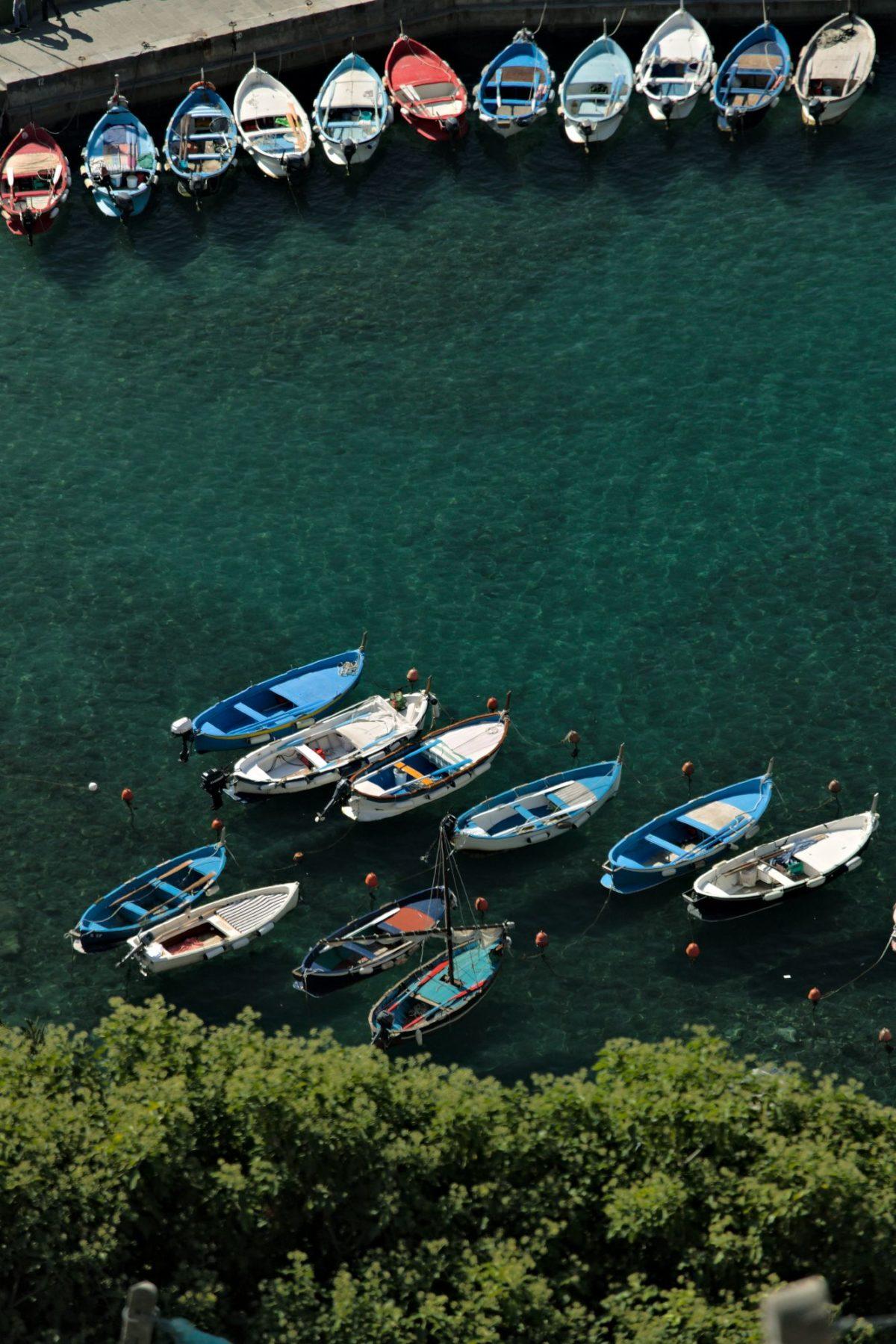 Porto Cinque Terre. Barche a Vernazza. Il porto con le barche visto da un sentiero