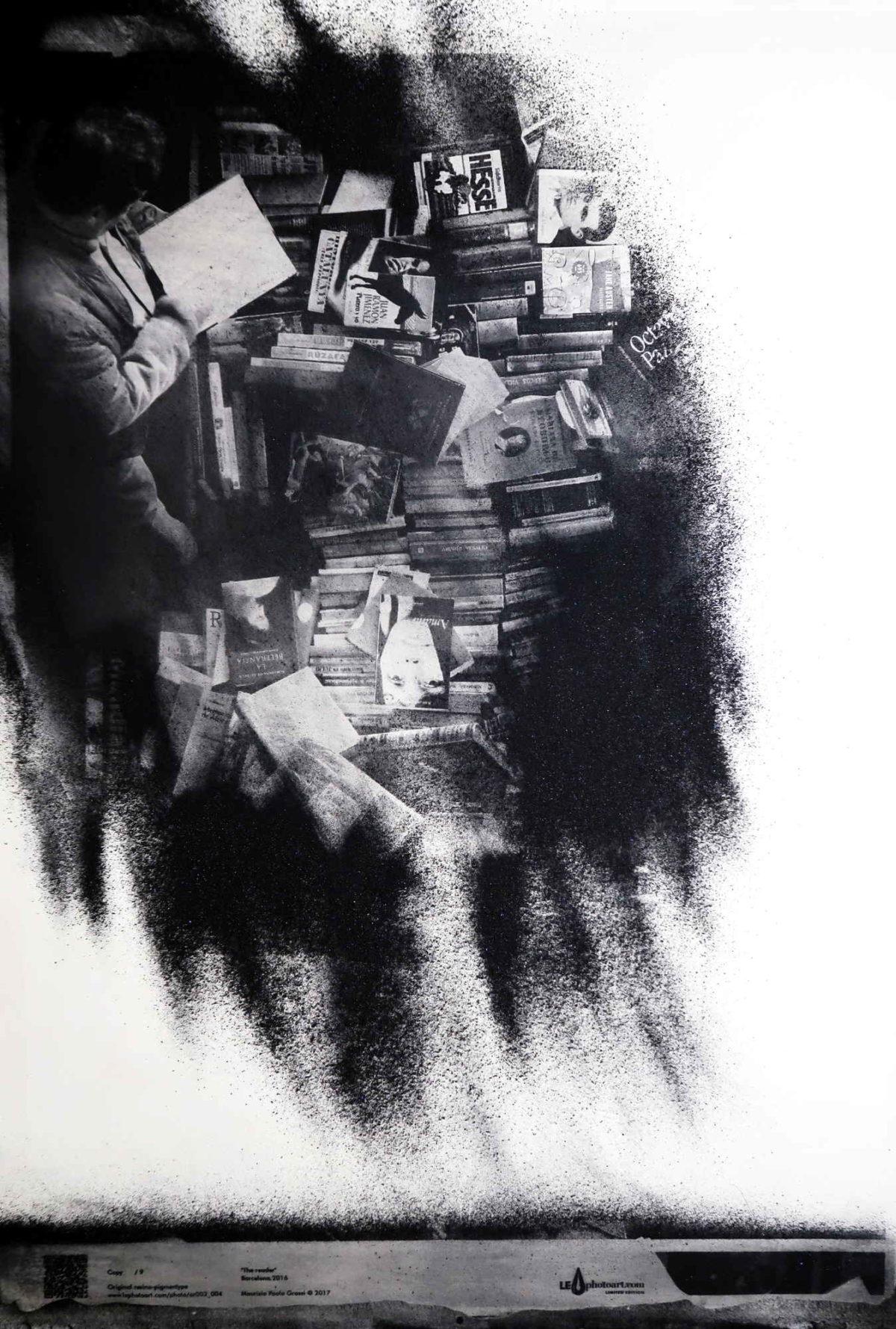 "Fine art photographer. ""The reader"", performance resinotipia. Barcelona Encants"