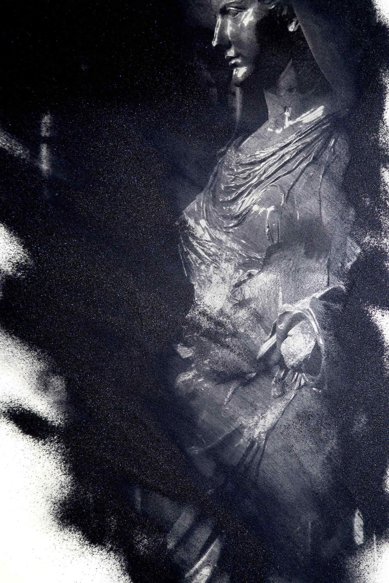 Art photo. Scultura in marmo nero. Roma. Resinotipia o resinopigmentipia